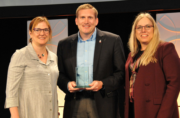 Jason Rhode, director of the Faculty Development and Instructional Design Center, being presented with the award.